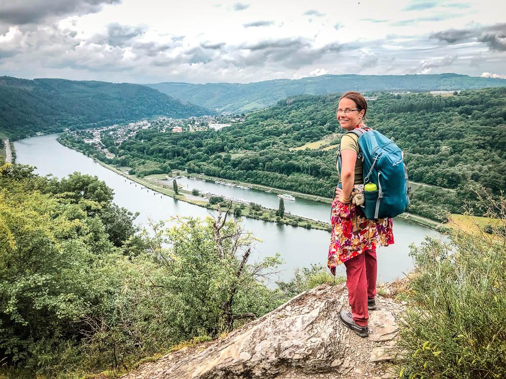 Couchflucht Sabrina Bechtold genießt das Moselpanorama auf dem Höhenpfad des Moselsteigs