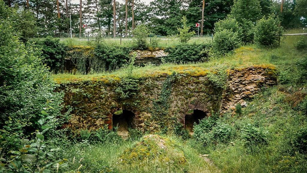 Wandern an der Mosel auf dem Festungspfad Mont Royal mit alten Gewölben und Wällen
