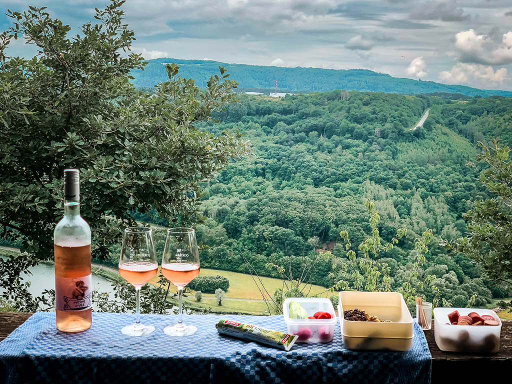 Rast mit Wein in einer Schutzhütte auf dem Moselsteig Etappe 13