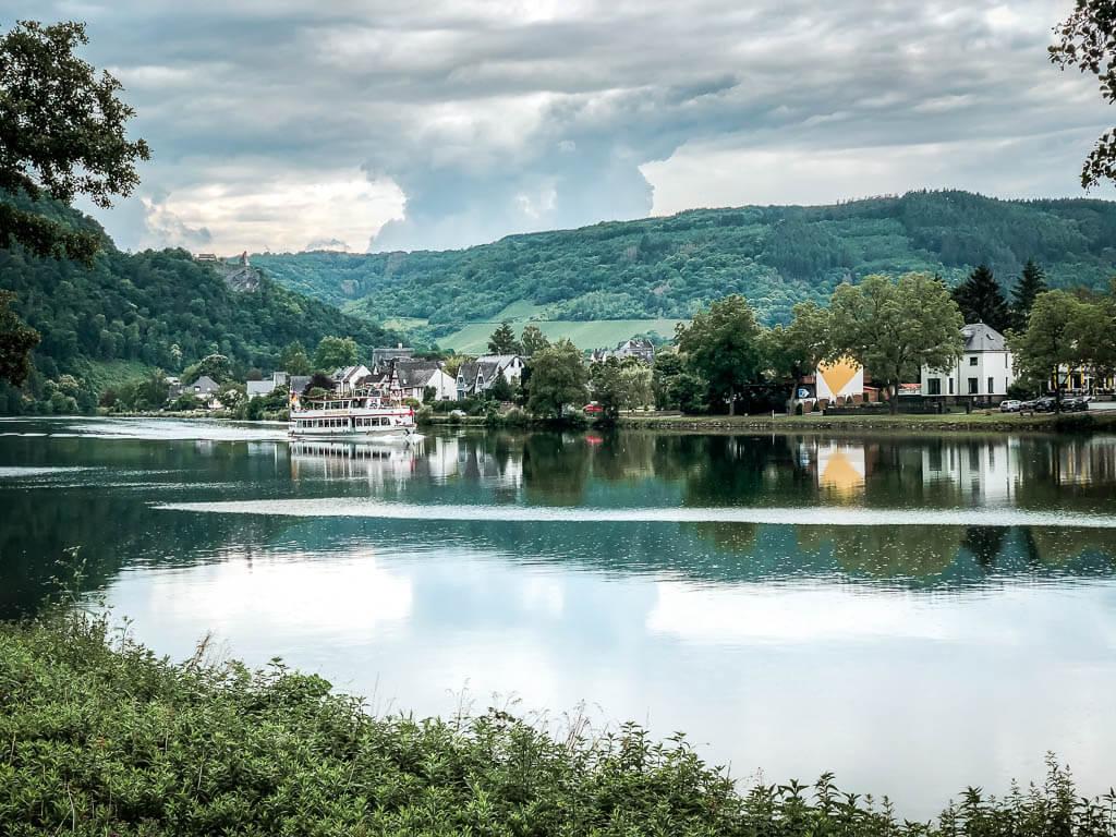Moselpanorama mit Ausflugsschiff zwischen Enkirch und Traben-Trarbach