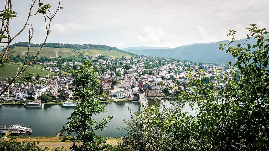 Wandern an der Mosel zur Grevenburg mit Blick auf Traben-Trarbach