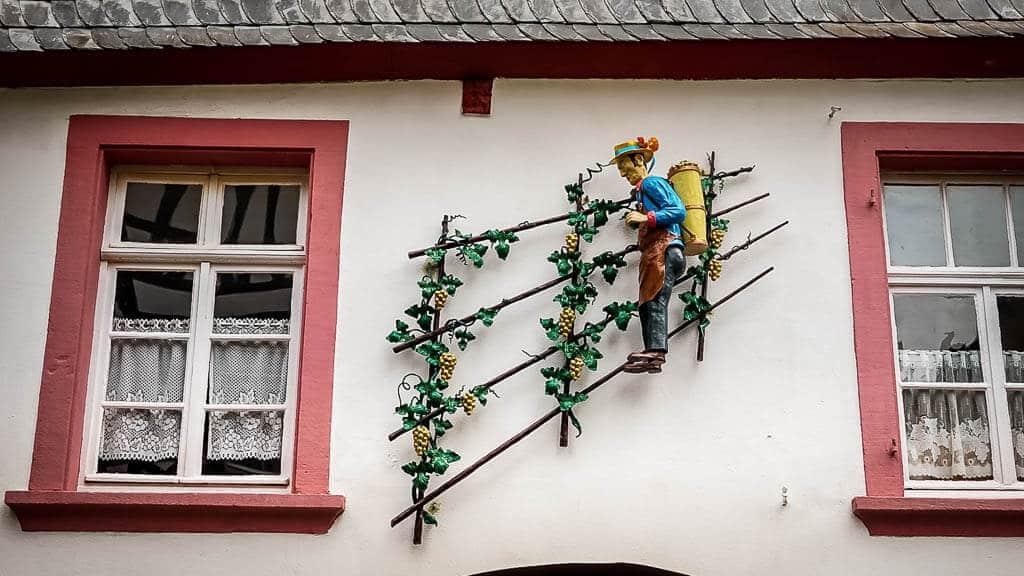 Verzierung an einem Bauernhaus im Weinort Enkirch an der Mosel