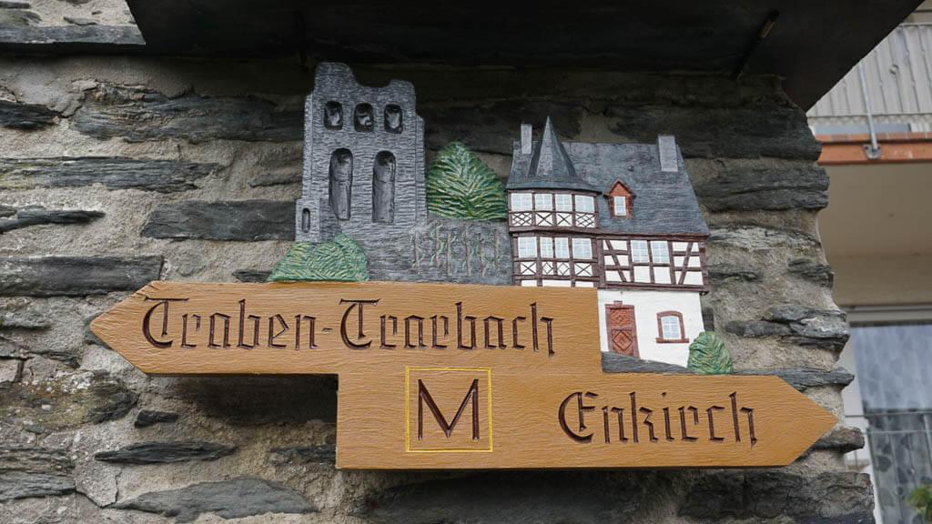 Wegweiser Schild auf dem Moselsteig nach Enkirch und Traben-Trarbach