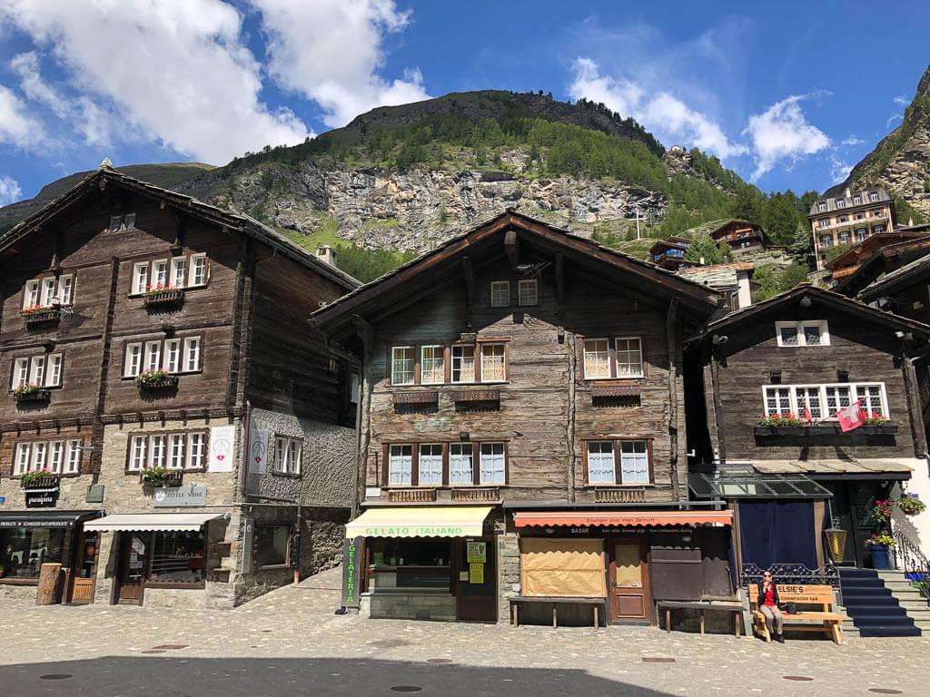 Zermatt Bahnhofsstraße mit alten Holzhäusern und Geschäften
