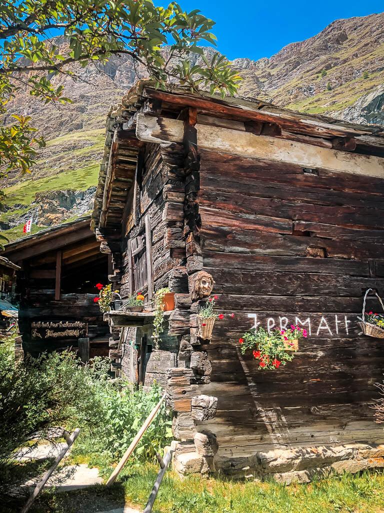 Altes Holzhaus im Bergdorf Zmutt bei Zermatt