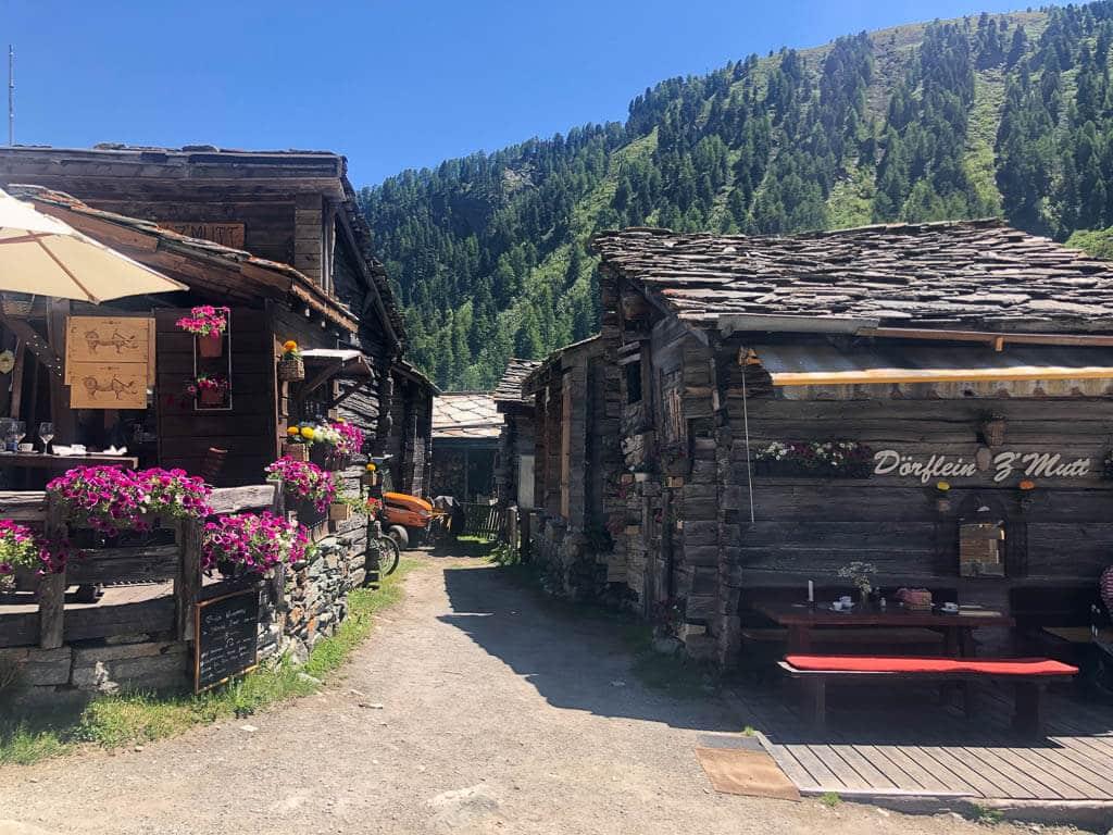 Bergweiler Zmutt bei Zermatt mit alten Holzstadeln