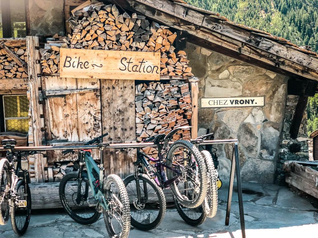 Bike Station - Parkplatz für Mountainbikes in der Almhütte Chez Vrony in Zermatt Findeln
