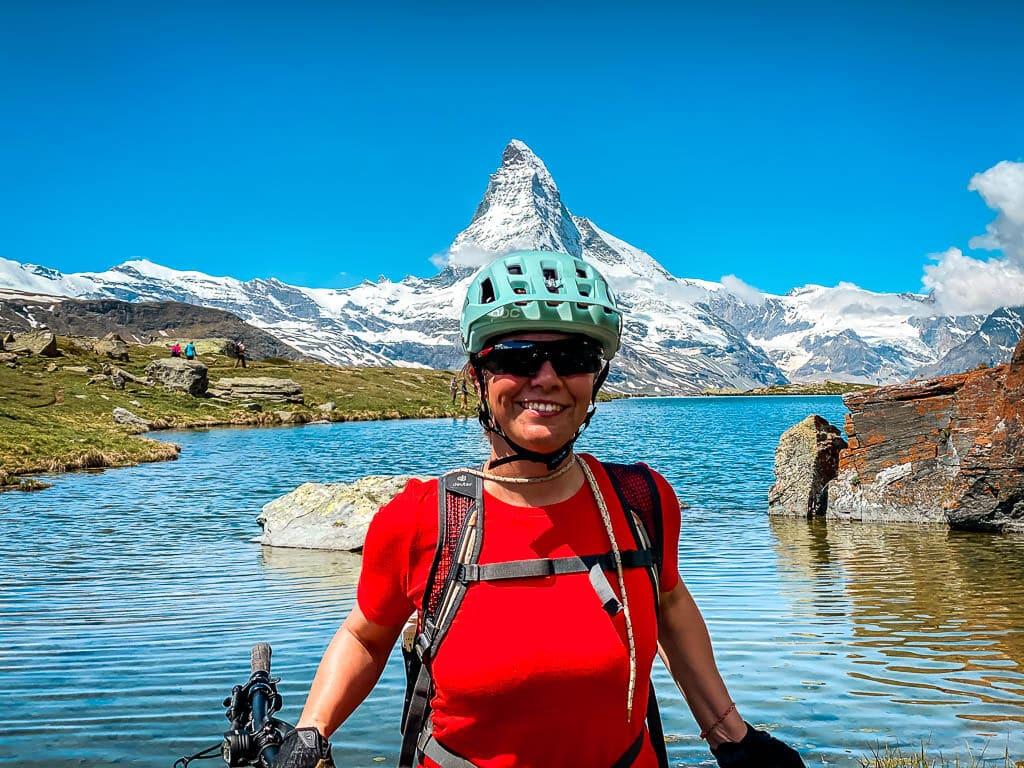 Couchflucht Sabrina Bechtold am Stellisee vor dem Matterhorn in Zermatt