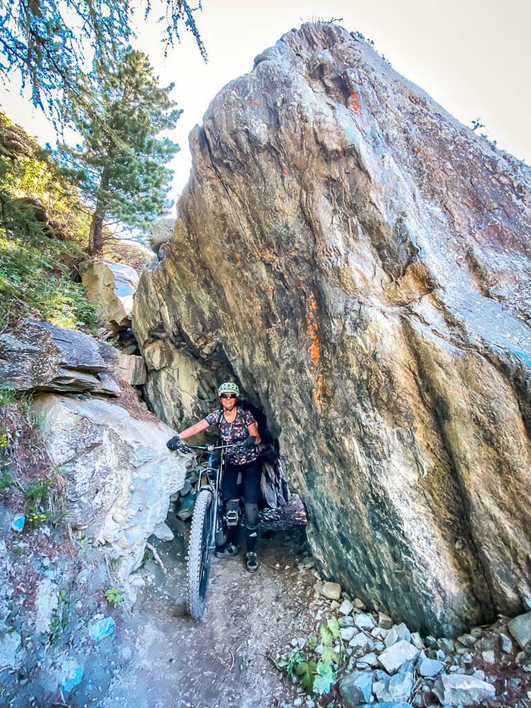 Zermatt Biken - Couchflucht mit Mountainbike an den Felsen des Oberen Höhenweges