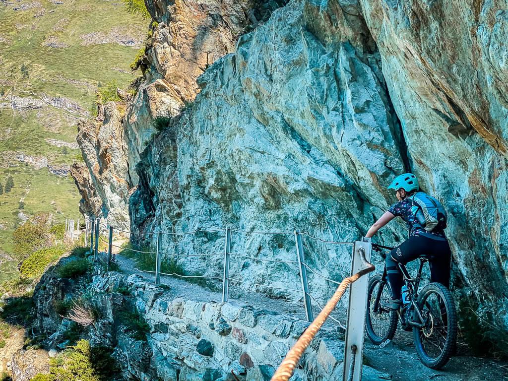 Zermatt Biken - Couchflucht Sabrina Bechtold mit Mountainbike auf dem Felsentrail des Oberen Höhenweges