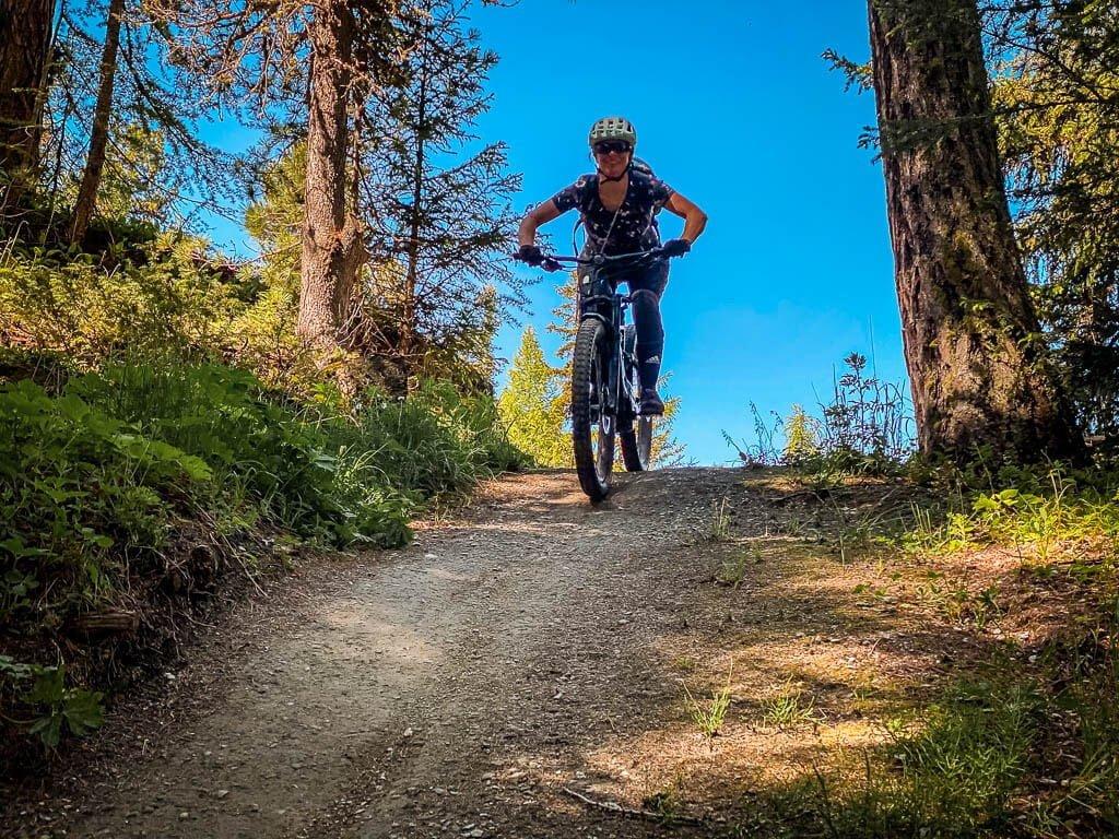 Biken Zermatt - Couchflucht Sabrina Bechtold mit Mountainbike auf Sunnegga Trail