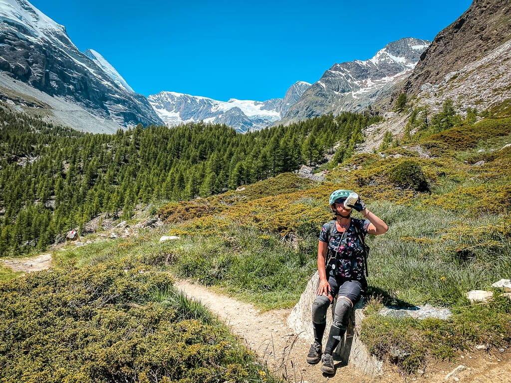 Zermatt Biken - Couchflucht macht eine Trinkpause auf der Kalbermatten Yo-Yo-Tour