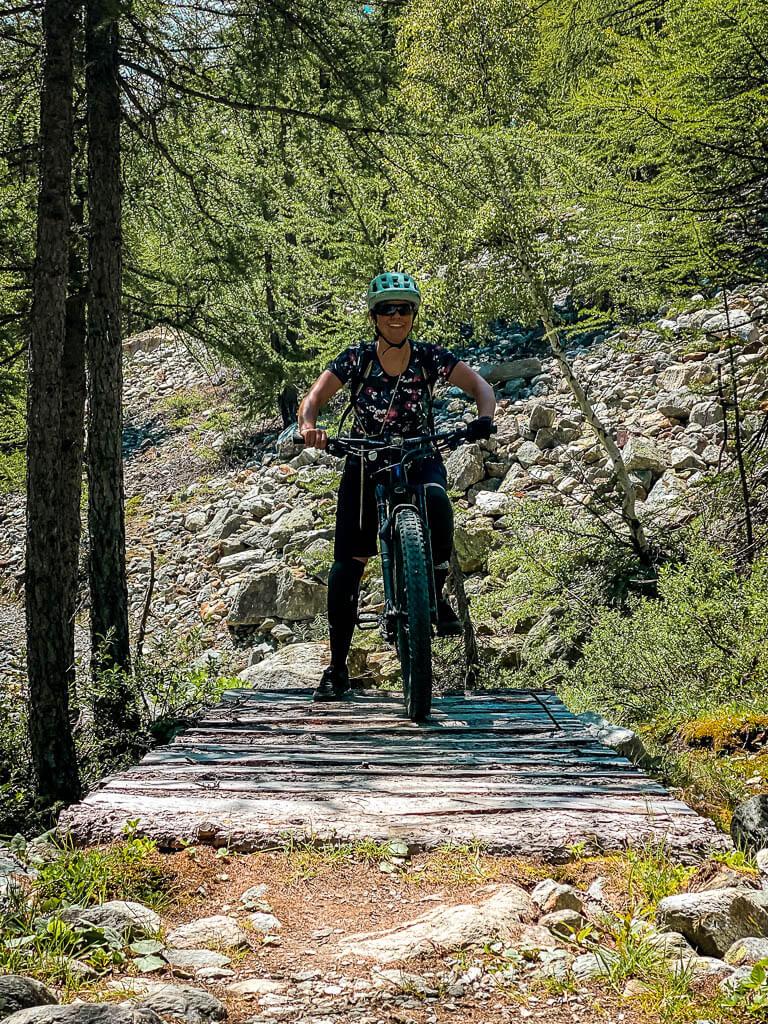 Zermatt Biken - Couchflucht auf einer Brücke auf dem Kalbermatten Yo-Yo-Trail