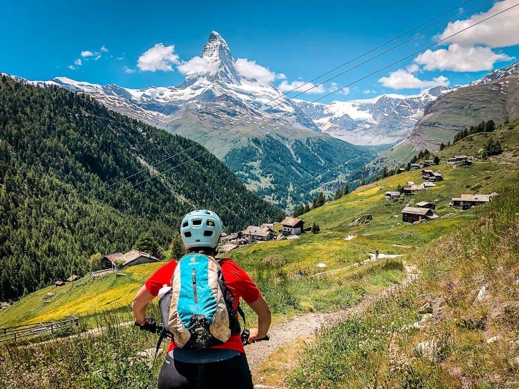 Zermatt Biken - Couchflucht Sabrina Bechtold mit Mountainbike auf dem Trail nach Findeln mit Blick auf das Matterhorn