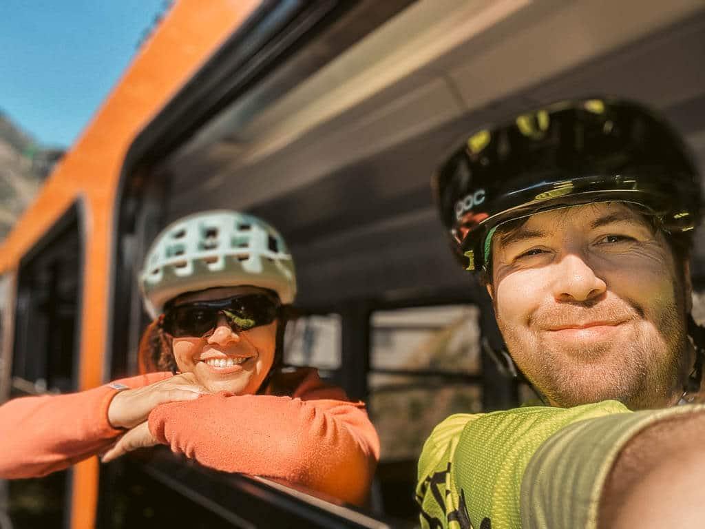 Couchflucht Sabrina Bechtold und Partner genießen die Fahrt mit der Gornergratbahn in Zermatt