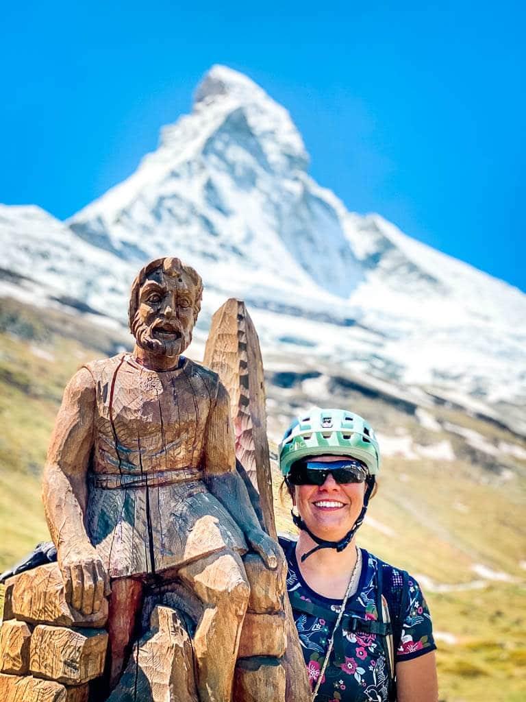 Couchflucht mit aus Holz geschnitzter Figur vor dem Matterhorn