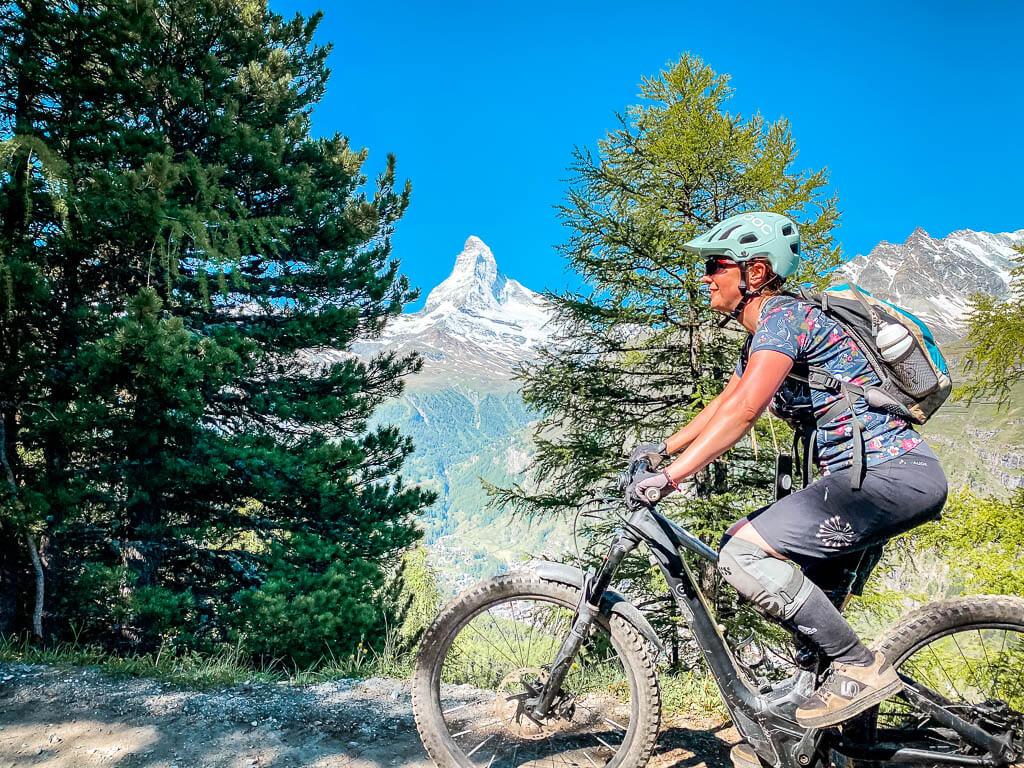 Couchflucht Sabrina Bechtold mit Mountainbike auf dem Blumenweg in Zermatt mit Blick auf das Matterhorn