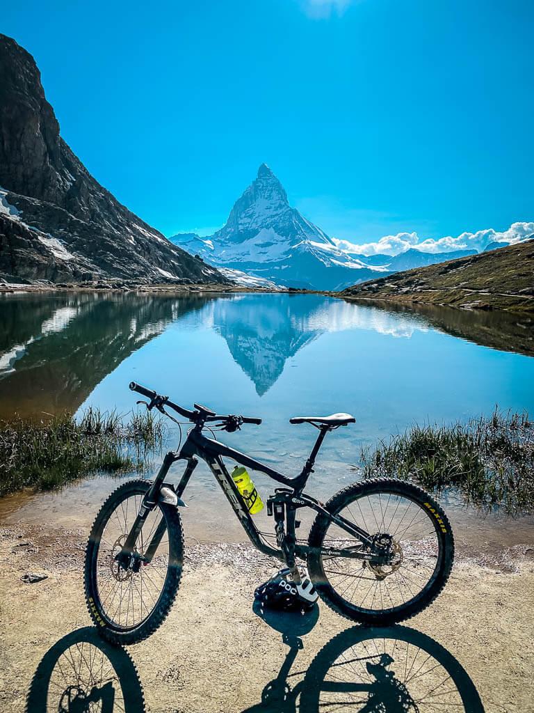 Mountainbike vor dem Riffelsee mit Matterhorn-Spiegelung