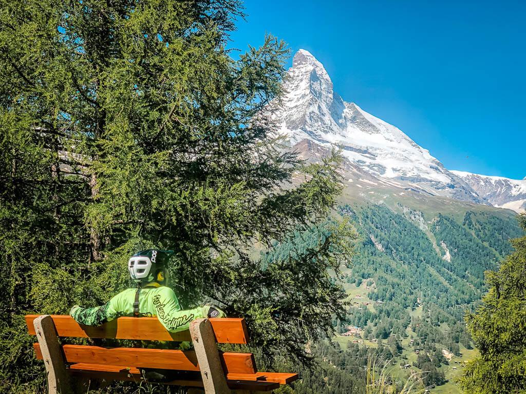Zermatt Biken- Mountainbiker genießt Rast mit Blick auf das Matterhorn