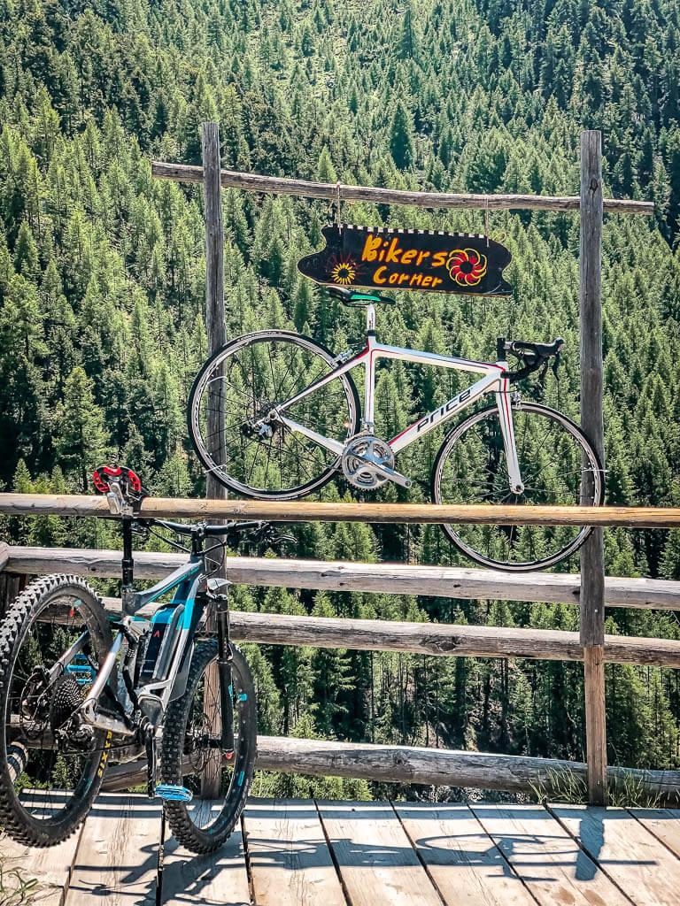 Bikers Corner an einer der gemütlichen Almhütten in Findeln Ze Gassen