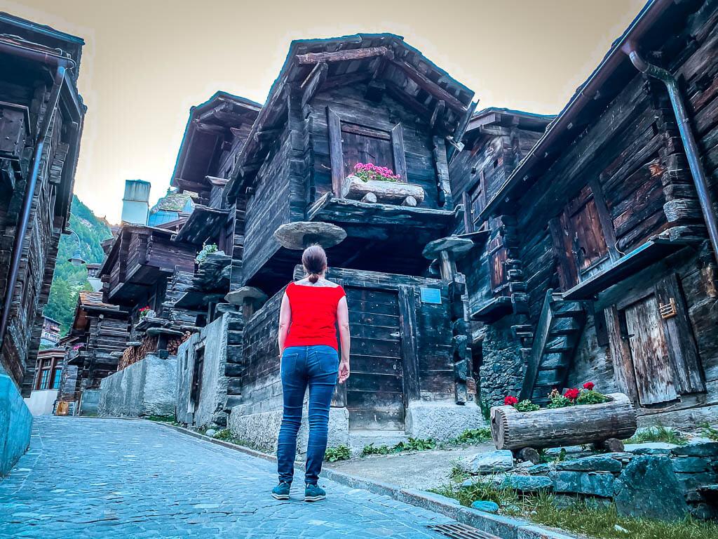 Couchflucht Sabrina Bechtold betrachtet die alten Holzstadel im alten Dorfteil von Zermatt, dem Hinterdorf