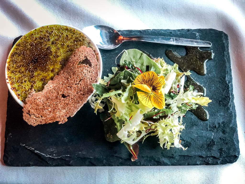 Erbsen Crême Brulée: Vorspeise beim Dinner im Hotel Alpenhof in Zermatt