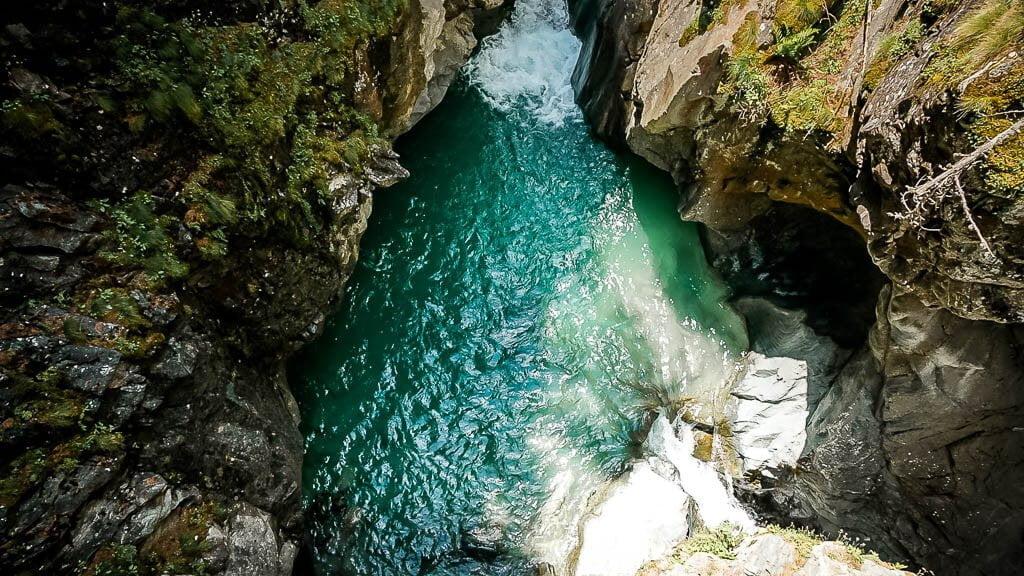 Türkisfarbenes Wasser der Gornervispe in der Gornerschlucht bei Zermatt