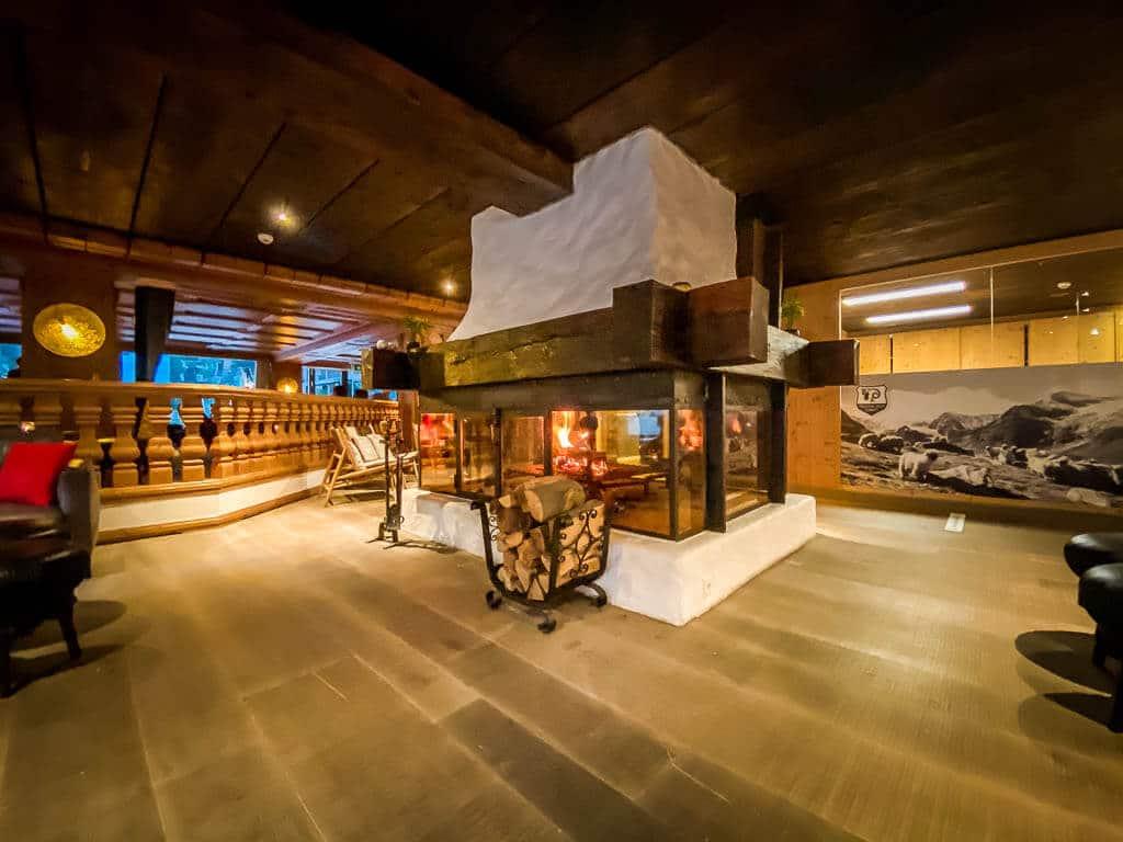 Bar und Lobby mit Kamin im Hotel Alpenhof in Zermatt