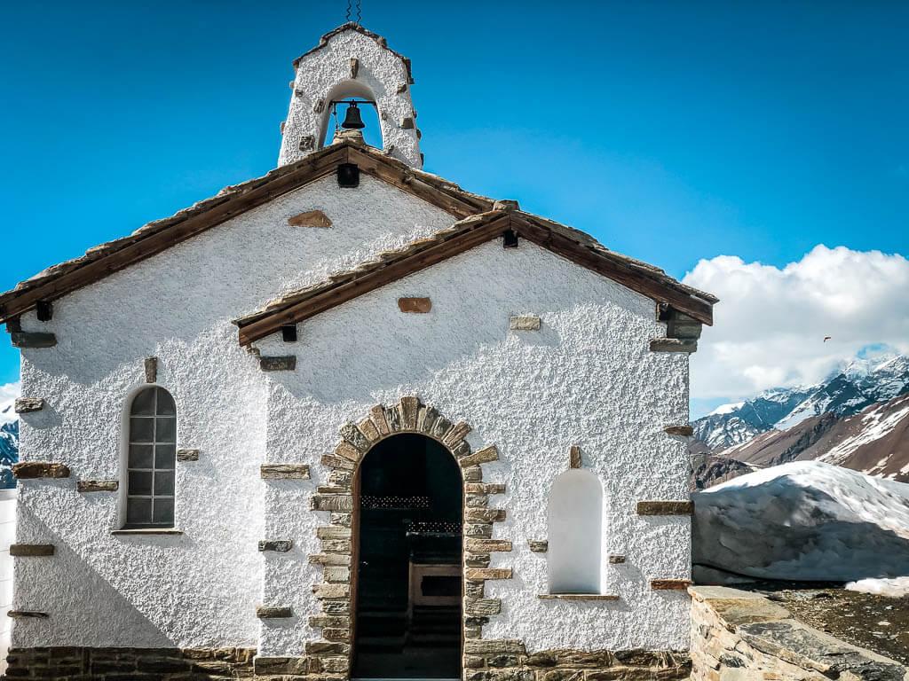 Weiße Kapelle am Gornergrat Gletscher bei Zermatt
