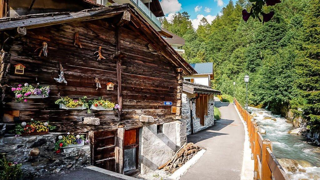 Leukerbad altes Bauernhaus am Bach