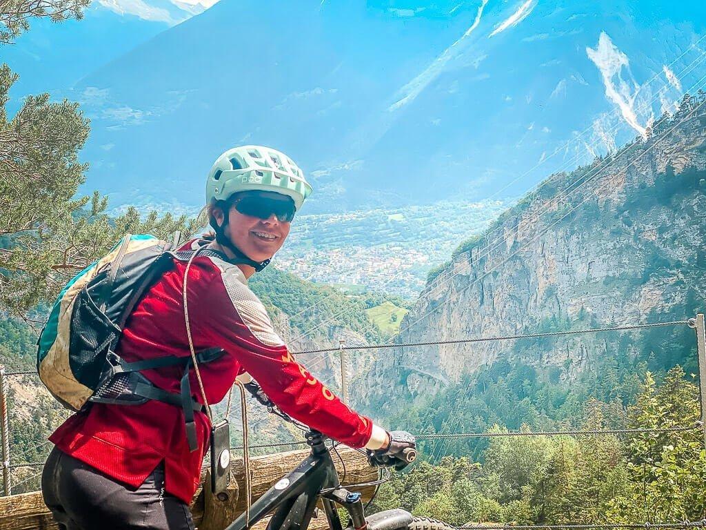Couchflucht Sabrina Bechtold mit Mountainbike auf der stillgelegten Bahntrasse in Leukerbad