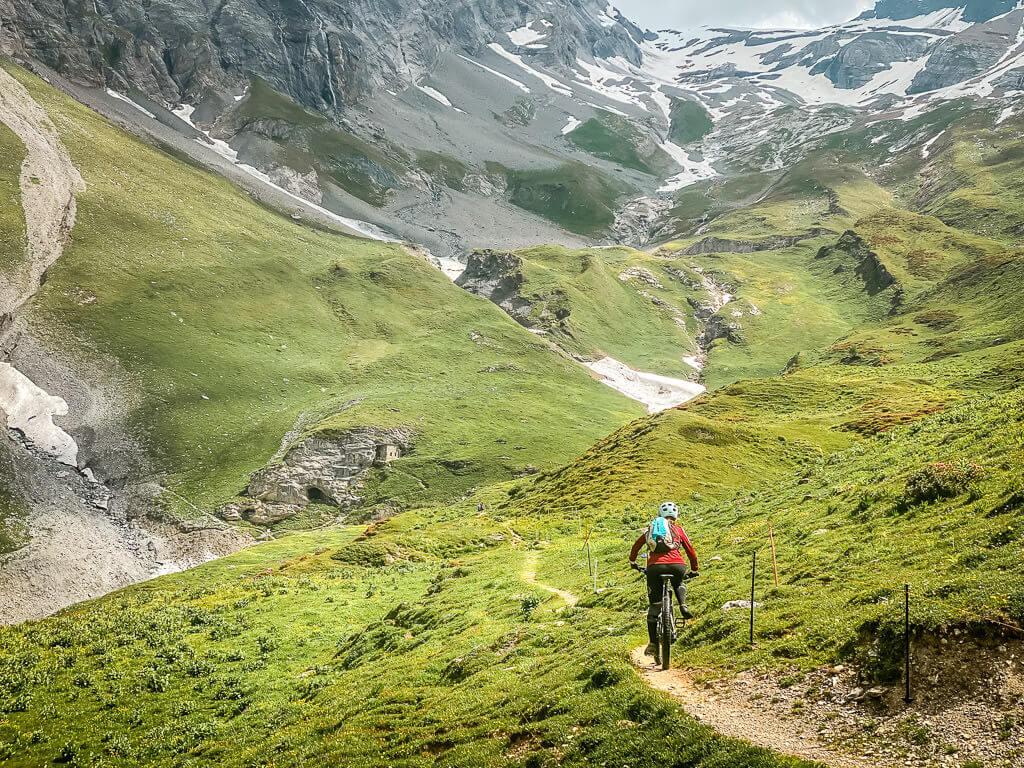 Mountainbiker auf einem Bike Trail an der Flüekapelle in Leukerbad