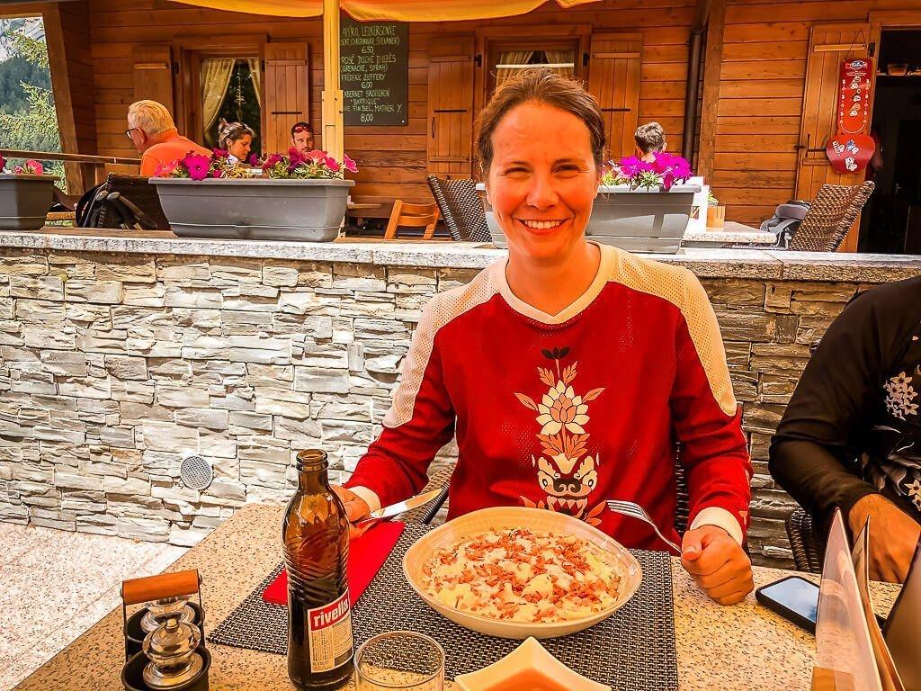 Couchflucht Sabrina Bechtold isst Älplermagronen in Leukerbad