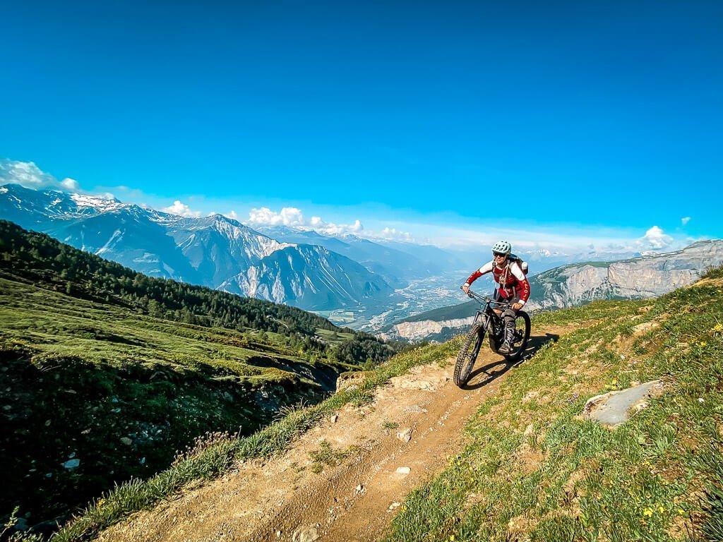 Leukerbad Couchflucht Sabrina Bechtold Mountainbiker auf Torrenttrail
