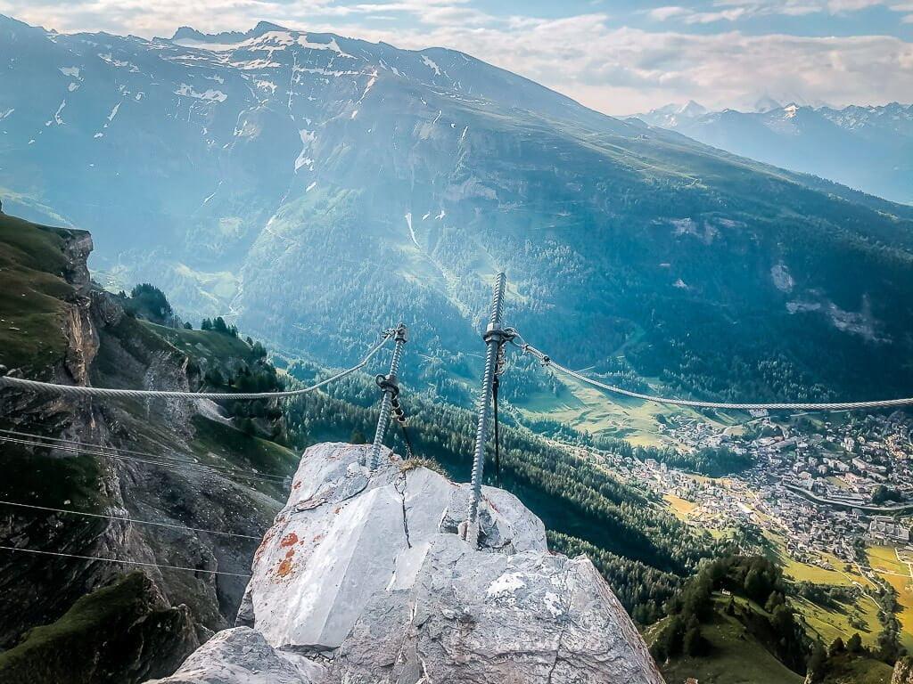 Stahlseile und Einstieg Erlebnisklettersteig am Gemmipass