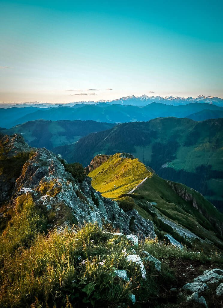 Berggrat Henne in den Kitzbüheler Alpen beim Sonnenaufgang