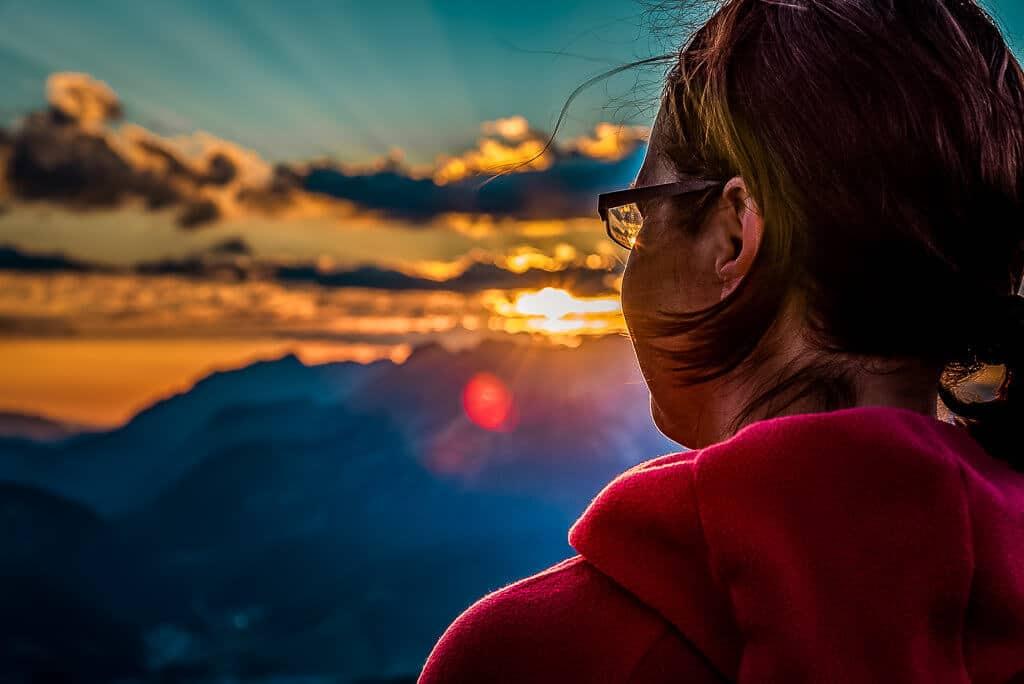 Couchflucht Sabrina Bechtold genießt den Sonnenuntergang auf dem Berggipfel der Henne.