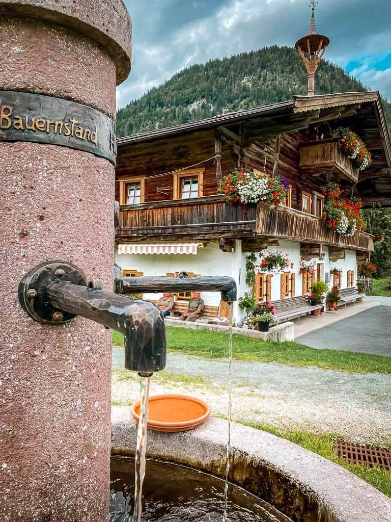 Dorfbrunnen im Weiler Flecken im Pillerseetal