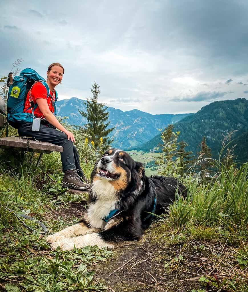Couchflucht Sabrina Bechtold am Hausberg in Waidring auf dem WaiWi mit Hund