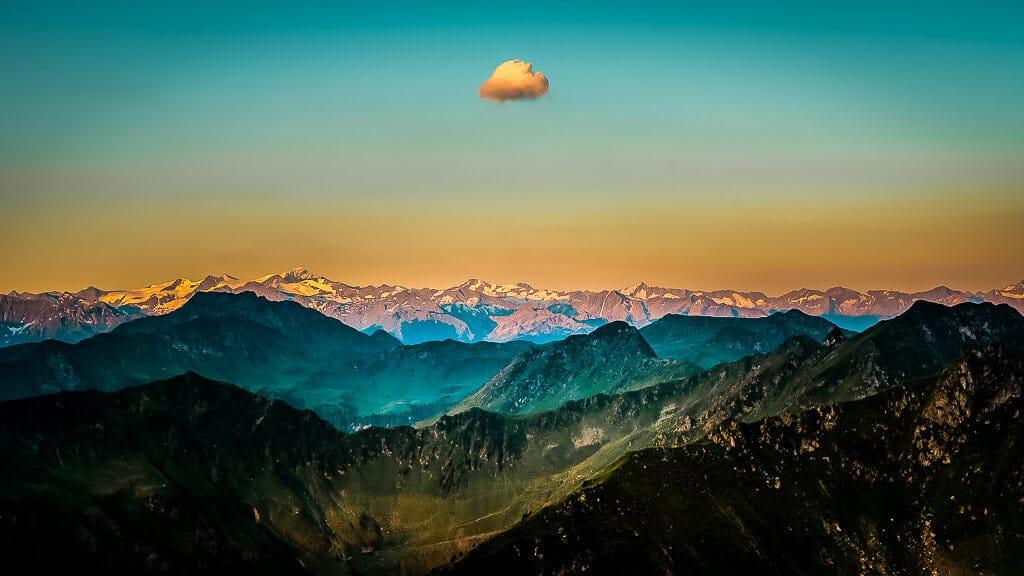 Sonnenaufgang vom Berggipfel der Henne mit Bergpanorama der Kitzbüheler Alpen