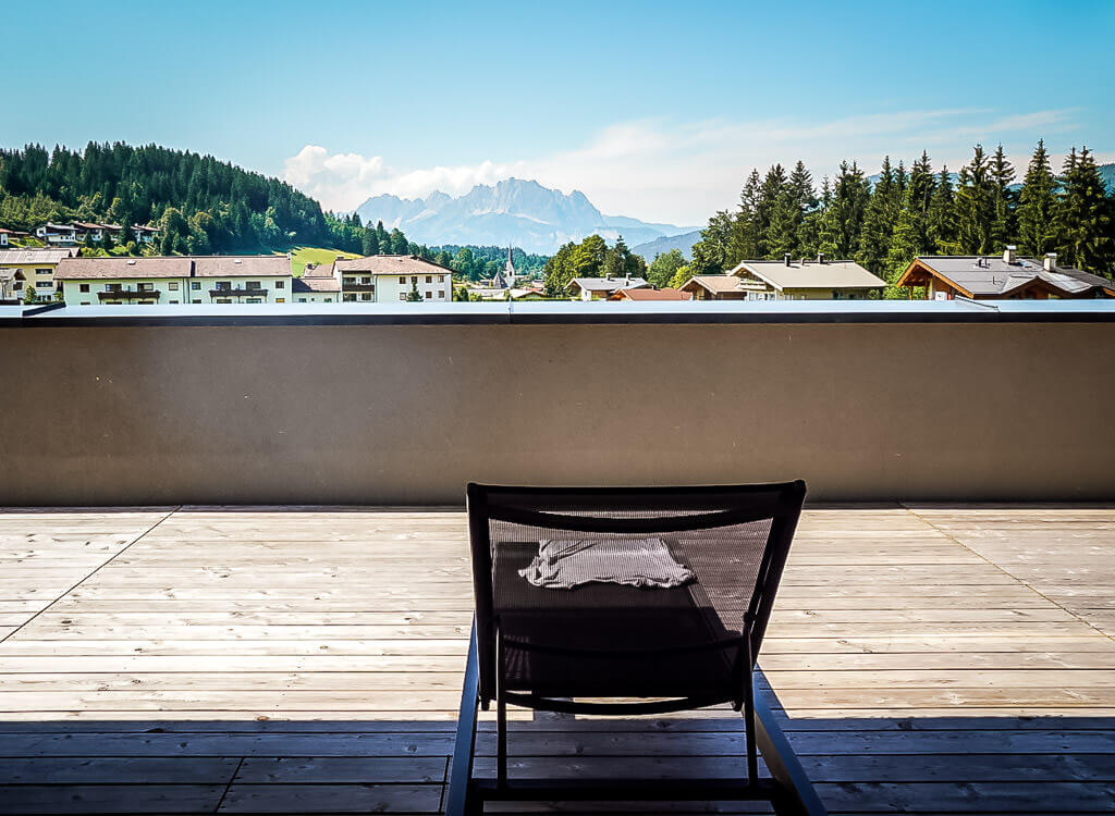 Ausblick auf den Wilden Kaiser und Fieberbrunn von der Sonnenterrasse des Hotels Vaya