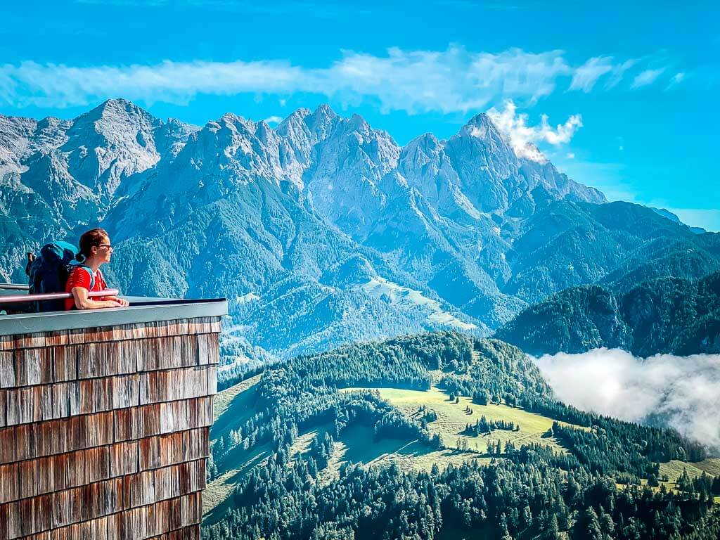 Couchflucht Sabrina Bechtold genießt die Aussicht vom Jakobskreuz der Buchensteinwand