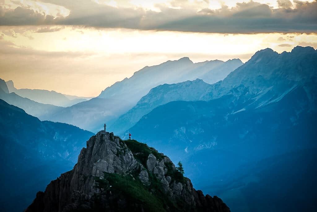 Einsamer Kletterer auf dem Marokka-Berggipfel in den Kitzbüheler Alpen