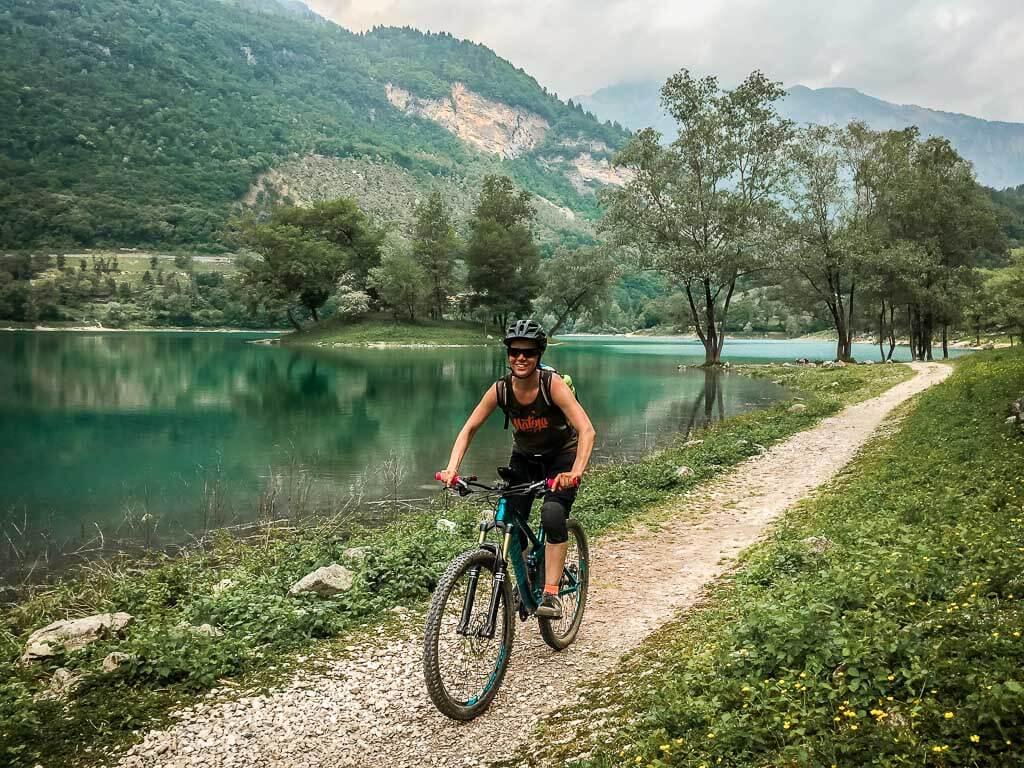 Couchflucht Sabrina Bechtold mit dem Mountainbike am Ufer des Tennosees in Italien
