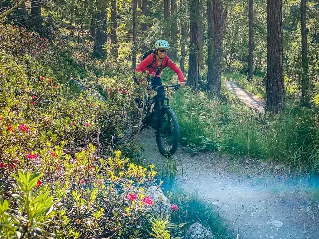 Couchflucht Sabrina Bechtold auf einem Mountainbike Trail in Zermatt