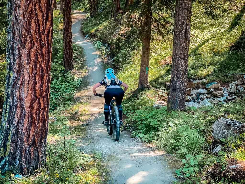 Couchflucht Sabrina Bechtold fährt Mountainbike in Zermatt auf dem Moos Trail.