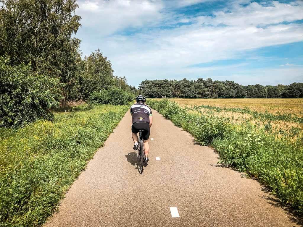 Rennradfahrer in den holländischen Maasduinen