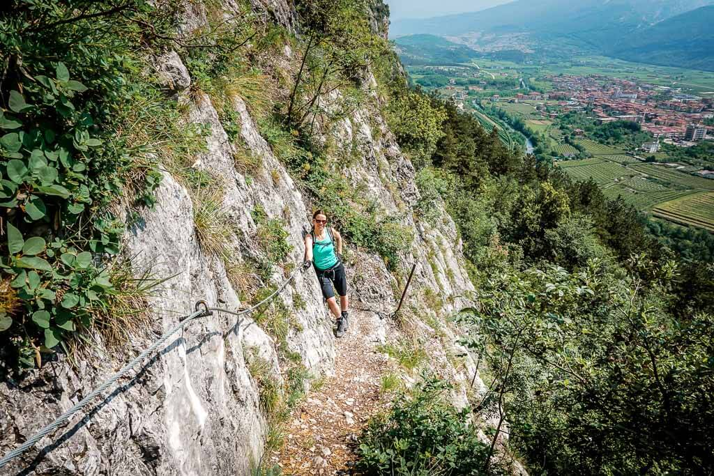 Couchflucht Sabrina Bechtold wandert auf einem Klettersteig im Sarcatal in Italien