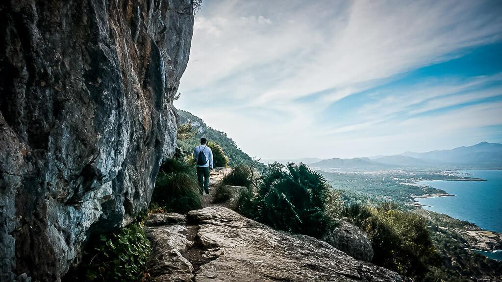 Wanderer auf einem Felsenpfad bei Alcudia auf Mallorca