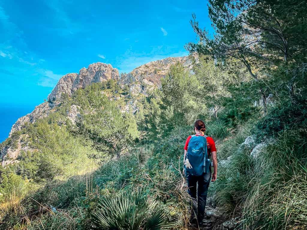 Couchflucht Sabrina Bechtold wandert auf Mallorca an der Küste bei Alcudia
